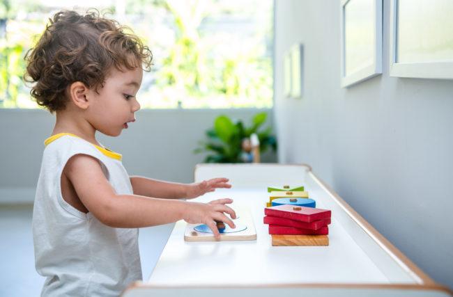 Por que o Método Montessori incentiva os materiais sensoriais?