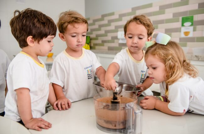 Desenvolvendo habilidades na cozinha – Vida Prática Montessori