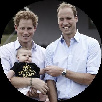 Os príncipes William e Harry da Inglaterra, segundo e sexto na linha do trono inglês respectivamente (os filhos de William, George, Charlotte e o bebê que a duquesa Kate Middleton espera seguem o pai na linha de sucessão), frequentaram uma escola infantil montessoriana por influência de sua mãe, a princesa Diana.